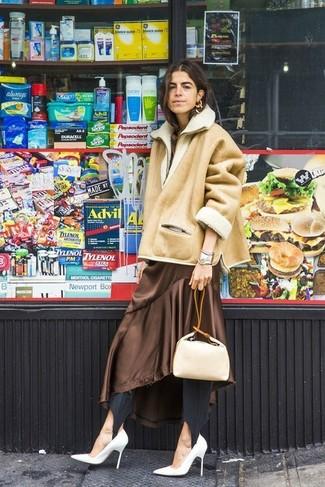 Cómo combinar: chaqueta de piel de oveja marrón claro, vestido midi de seda marrón, leggings negros, zapatos de tacón de cuero blancos