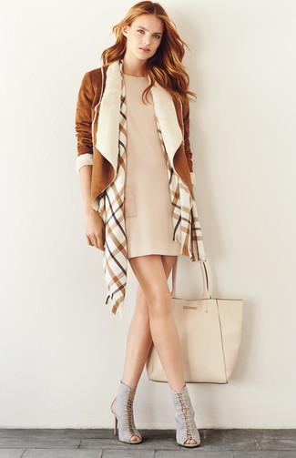 Cómo combinar: chaqueta de piel de oveja marrón claro, vestido recto en beige, botines con cordones de ante con recorte grises, bolsa tote de cuero en beige