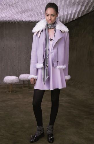 Cómo combinar: chaqueta de piel de oveja violeta claro, vestido skater violeta claro, mocasín con borlas de cuero negro, bufanda de rayas verticales en blanco y negro