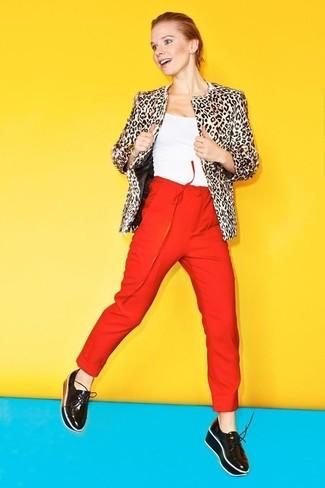 Cómo combinar: chaqueta de piel de leopardo en beige, camiseta sin manga blanca, pantalón de pinzas rojo, mocasín con plataforma de cuero negro