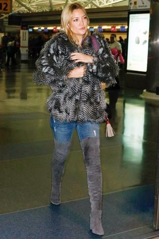 Cómo combinar: chaqueta de piel en gris oscuro, vaqueros pitillo azules, botas sobre la rodilla de ante en gris oscuro