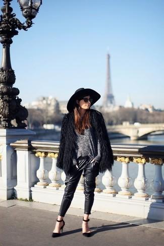 Cómo combinar: chaqueta de piel negra, jersey con cuello circular gris, pantalones pitillo de cuero negros, zapatos de tacón de ante negros