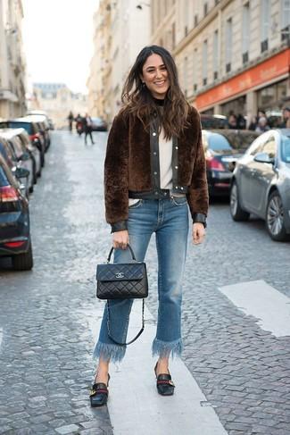Cómo combinar: chaqueta de piel marrón, jersey con cuello circular blanco, vaqueros сon flecos azules, mocasín de cuero negros