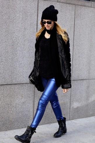 Cómo combinar: chaqueta de piel negra, jersey con cuello circular de angora negro, vaqueros pitillo de cuero azules, botines de cuero negros