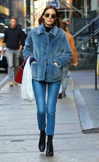 Cómo combinar: chaqueta de piel azul, jersey con cuello circular azul marino, vaqueros pitillo azules, botines con cordones de cuero negros