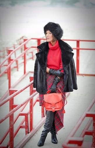 Cómo combinar: chaqueta de piel negra, jersey de cuello alto de punto rojo, falda lápiz de tartán roja, botas sobre la rodilla de cuero negras