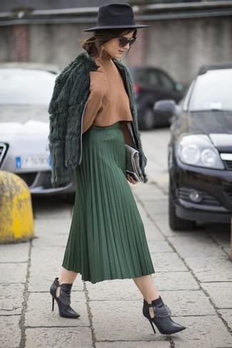 Cómo combinar: chaqueta de piel verde oscuro, jersey de cuello alto marrón claro, falda midi plisada verde oscuro, botines de cuero con recorte negros