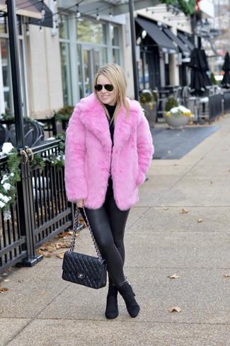 Cómo combinar: chaqueta de piel rosa, jersey de cuello alto negro, leggings de cuero negros, botines de ante negros