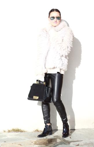 Cómo combinar: chaqueta de piel blanca, jersey de cuello alto de lana blanco, pantalones pitillo de cuero negros, botines chelsea de cuero negros
