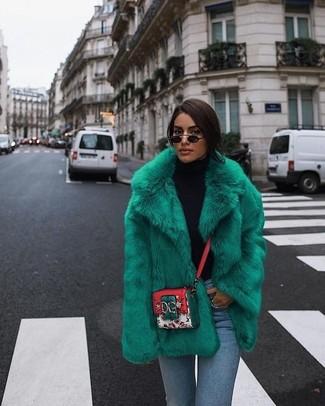 Cómo combinar: chaqueta de piel verde, jersey de cuello alto negro, vaqueros pitillo celestes, bolso bandolera de cuero estampado en multicolor