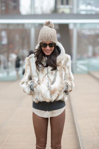 Cómo combinar: chaqueta de piel blanca, sudadera con capucha en gris oscuro, camiseta con cuello circular en beige, pantalones pitillo de cuero marrónes