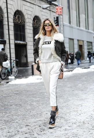 Cómo combinar: chaqueta de piel en gris oscuro, sudadera estampada gris, pantalones pitillo de rayas verticales blancos, mocasín con plataforma de cuero negro