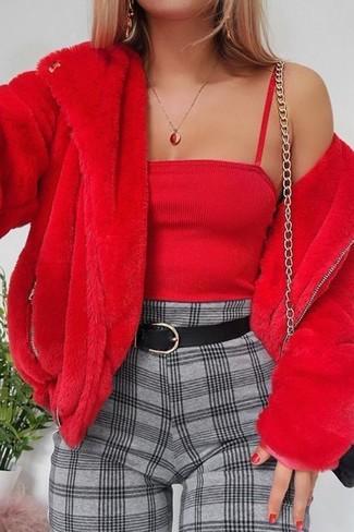 Cómo combinar: chaqueta de piel roja, top corto rojo, pantalón de pinzas a cuadros gris, bolso bandolera de cuero negro