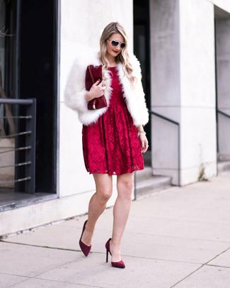 Cómo combinar: chaqueta de piel blanca, vestido de vuelo de encaje rojo, zapatos de tacón de ante burdeos, cartera sobre de cuero burdeos