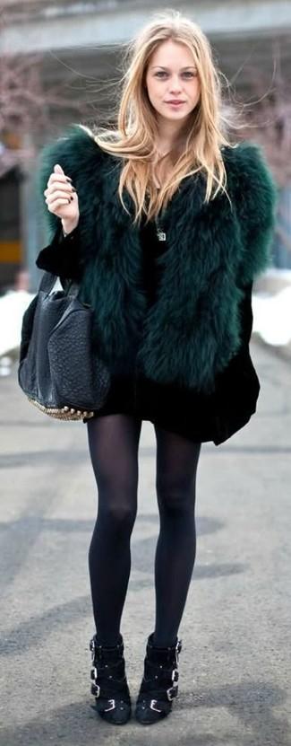 Vestido negro con chaqueta verde
