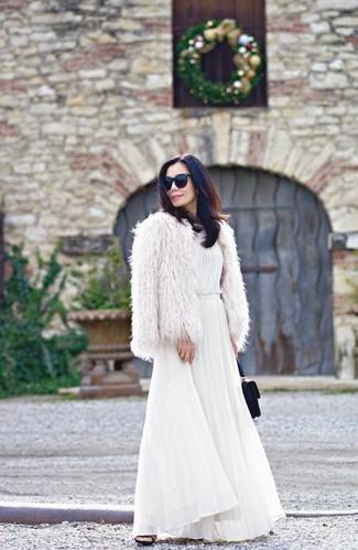 Cómo combinar: chaqueta de piel blanca, vestido largo plisado blanco, chinelas de ante negras, cartera sobre de ante negra