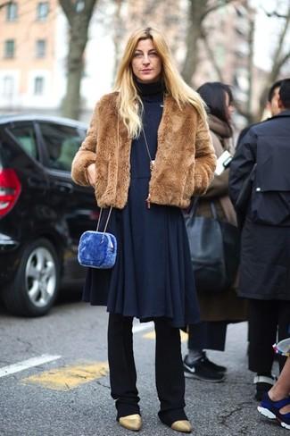 Cómo combinar: chaqueta de piel marrón, vestido midi de punto azul marino, pantalón de vestir negro, botines de cuero dorados