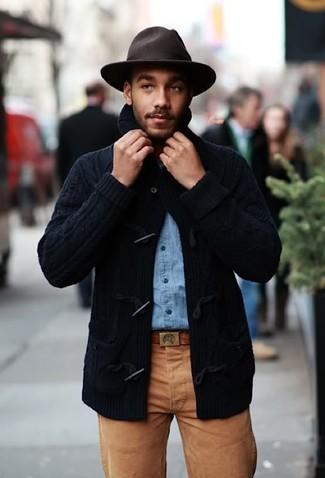 Cómo combinar: chaqueta de punto con botones tipo trenca azul marino, camisa vaquera celeste, pantalón chino marrón, sombrero de lana en marrón oscuro