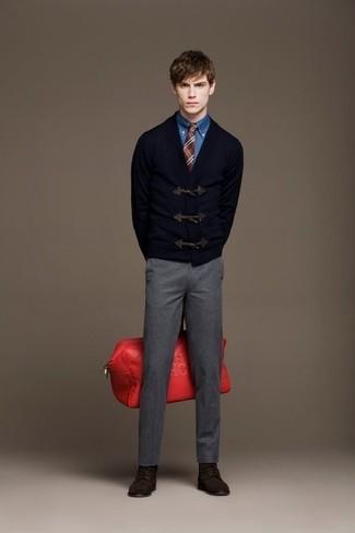 Cómo combinar: chaqueta de punto con botones tipo trenca azul marino, camisa vaquera azul, pantalón de vestir de lana gris, botas casual de ante en marrón oscuro