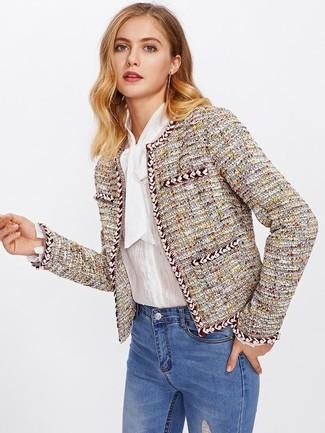Cómo combinar: chaqueta de tweed amarilla, blusa de botones blanca, vaqueros pitillo desgastados azules