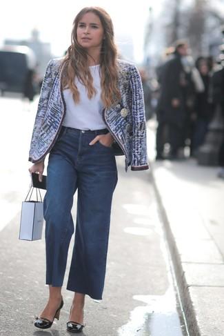 Cómo combinar: chaqueta de tweed azul, camiseta con cuello circular blanca, pantalones anchos vaqueros azul marino, zapatos de tacón de cuero negros