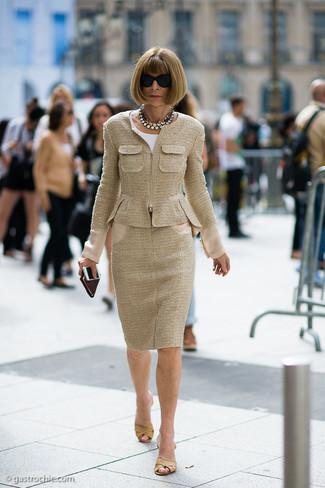 Cómo combinar: chaqueta de tweed marrón claro, blusa de manga corta blanca, falda lápiz de tweed marrón claro, chinelas de cuero marrón claro