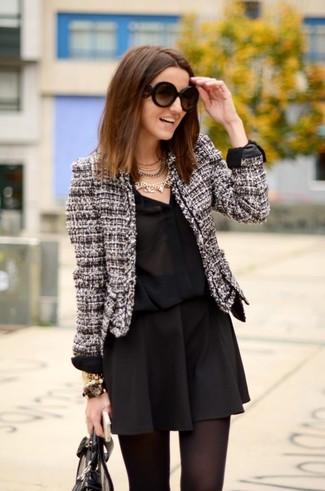 Cómo combinar: chaqueta de tweed en negro y blanco, camisa de vestir de seda negra, falda skater negra, bolsa tote de cuero negra