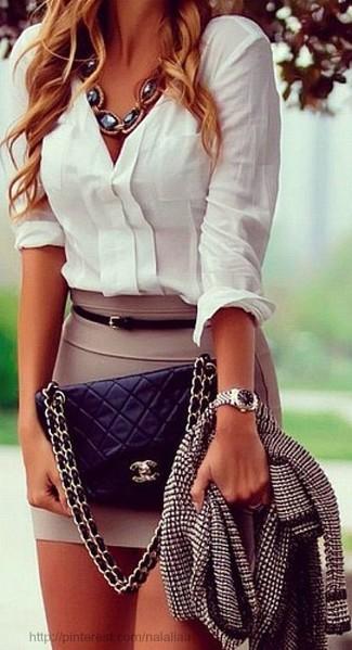 Cómo combinar: chaqueta de tweed en negro y blanco, camisa de vestir blanca, minifalda marrón claro, bolso bandolera de cuero acolchado negro