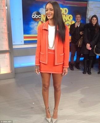 Cómo combinar: chaqueta de tweed naranja, camiseta con cuello circular blanca, minifalda de tweed naranja, zapatos de tacón de cuero grises