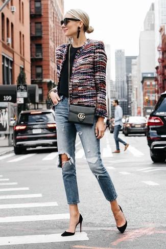 Usa una chaqueta de tweed en multicolor y unos vaqueros boyfriend desgastados azules de mujeres de Mavi Jeans para un look agradable de fin de semana. Luce este conjunto con zapatos de tacón de ante negros.