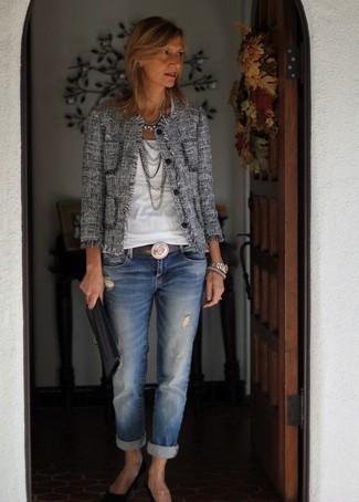 Este combinación de una chaqueta de tweed gris y unos vaqueros boyfriend desgastados azules de mujeres de Mavi Jeans te da una onda muy informal y accesible. Zapatos de tacón de ante negros son una forma sencilla de mejorar tu look.