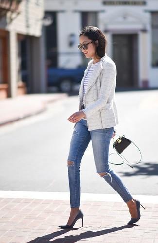 Cómo combinar: chaqueta de tweed blanca, camiseta con cuello circular de rayas horizontales en blanco y azul marino, vaqueros pitillo desgastados azules, zapatos de tacón de ante azul marino