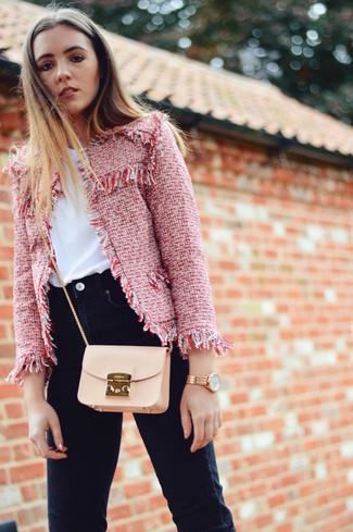 Cómo combinar: chaqueta de tweed roja, camiseta con cuello circular blanca, vaqueros pitillo negros, bolso bandolera de cuero en beige