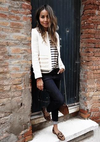 Cómo combinar: chaqueta de tweed blanca, camiseta con cuello circular de rayas horizontales en blanco y negro, vaqueros pitillo negros, mocasín de cuero de leopardo marrón claro