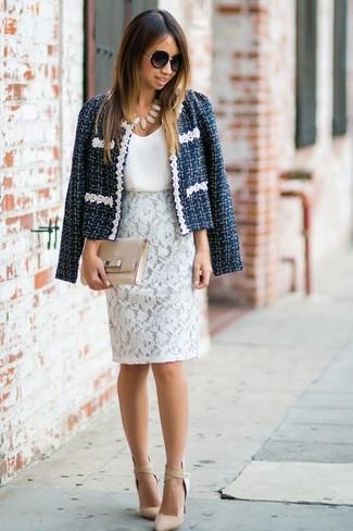 Cómo combinar: chaqueta de tweed azul marino, camiseta sin manga de seda blanca, falda lápiz de encaje blanca, zapatos de tacón de cuero en beige