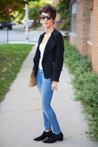 Cómo combinar: chaqueta de tweed negra, camiseta sin manga blanca, vaqueros pitillo azules, botines chelsea de ante negros