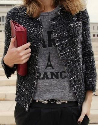Cómo combinar: chaqueta de tweed en gris oscuro, camiseta con cuello circular estampada gris, pantalón de pinzas negro, cartera sobre de cuero roja