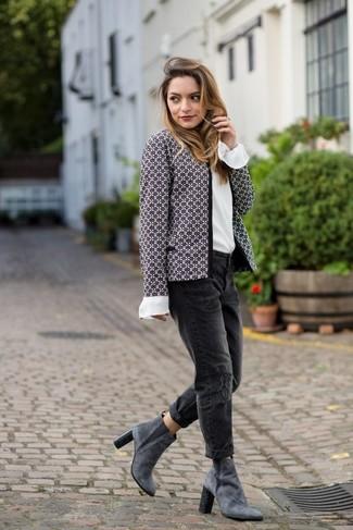 Cómo combinar: chaqueta de tweed gris, blusa de manga larga de seda blanca, vaqueros boyfriend desgastados negros, botines de ante grises