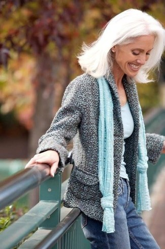 Cómo combinar: chaqueta de tweed gris, camiseta sin manga celeste, vaqueros azules, bufanda celeste