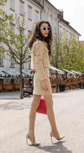 Cómo combinar: chaqueta de tweed marrón claro, minifalda de tweed marrón claro, zapatos de tacón de cuero grises, bolso de hombre de cuero rojo