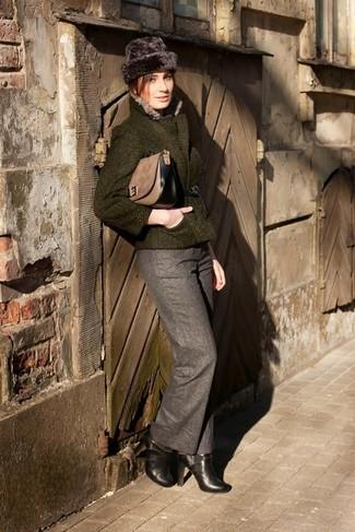 Cómo combinar: chaqueta de tweed verde oscuro, pantalón de vestir de lana gris, botines de cuero negros, bolso de hombre de ante marrón