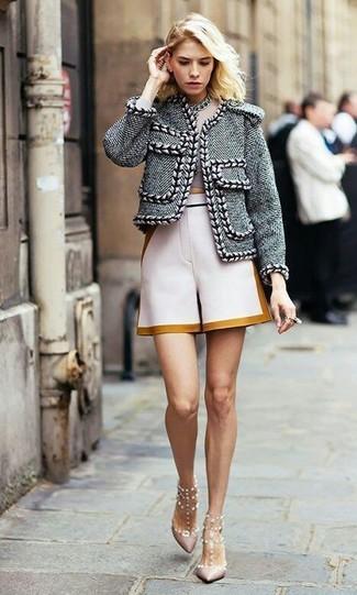 Cómo combinar: chaqueta de tweed gris, top corto en beige, pantalones cortos en beige, zapatos de tacón de cuero con tachuelas rosados