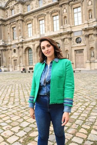 Cómo combinar: chaqueta de tweed verde, camisa vaquera azul, camiseta sin manga blanca, vaqueros pitillo azul marino