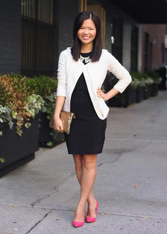 Cómo combinar: chaqueta de tweed blanca, vestido ajustado negro, zapatos de tacón de cuero rosa, cartera sobre de lentejuelas dorada