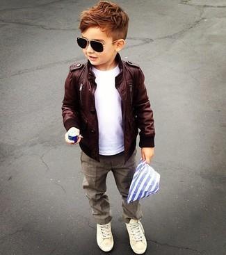 Cómo combinar: chaqueta de cuero en marrón oscuro, camiseta blanca, pantalones marrónes, zapatillas en beige