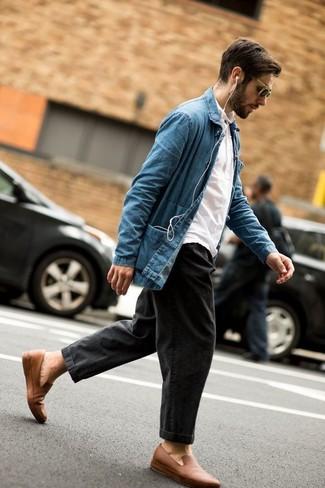 Cómo combinar: chaqueta estilo camisa vaquera azul, camisa polo blanca, vaqueros en gris oscuro, mocasín de cuero marrón claro