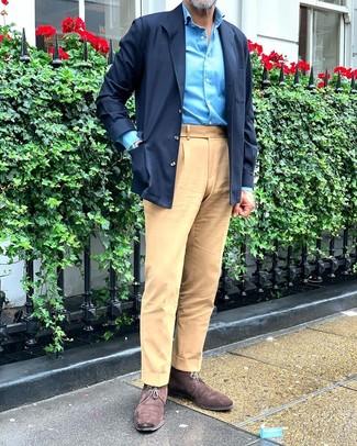 Cómo combinar: chaqueta estilo camisa azul marino, camisa de manga larga en turquesa, pantalón chino marrón claro, botas safari de ante en marrón oscuro