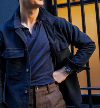 Cómo combinar: chaqueta estilo camisa de lana azul marino, camisa polo azul marino, pantalón chino marrón, reloj de cuero negro