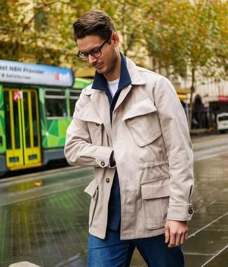Cómo combinar: chaqueta estilo camisa de lana azul marino, chaqueta campo en beige, camiseta con cuello circular blanca, vaqueros azules