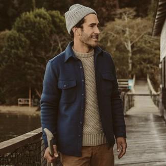 Cómo combinar: chaqueta estilo camisa de lana azul marino, jersey con cuello circular en beige, pantalón chino marrón claro, gorro gris